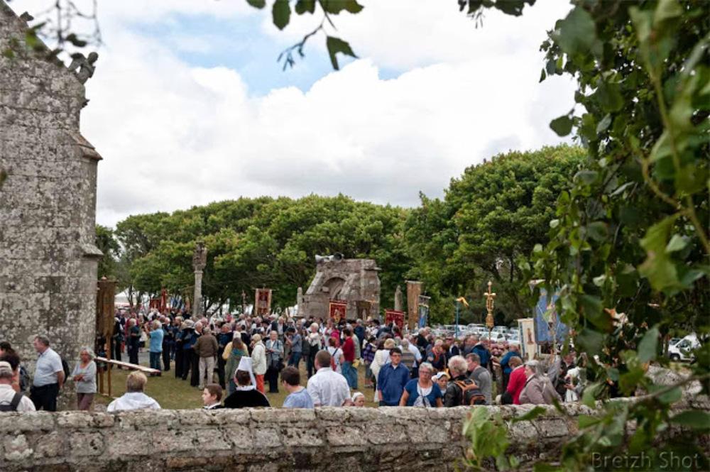 Les bannières et le public avant la procession - Sainte-Anne la Palud
