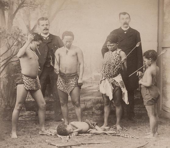 Spectacle de Pygmées aux Folies Bergère, 1886