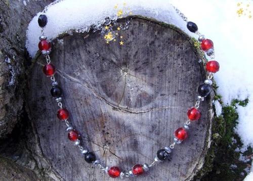 Jour de neige...collier en perles de verre rouges et noires et des perles de swarovski grises