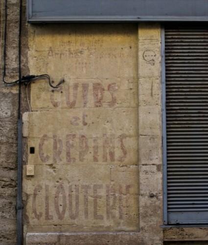 Crépin mur peint boutique fermée Pézénas