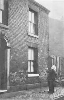 Avant les réveils, des gens étaient employés pour réveiller les  travailleurs avec un long bâton