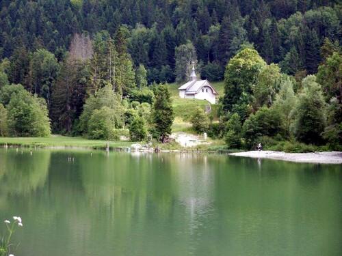 La chapelle st Bruno se mire dans les eaux du lac