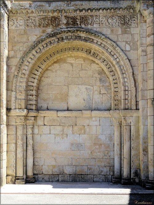 Arcatures borgnes du portail de l'église abbatiale