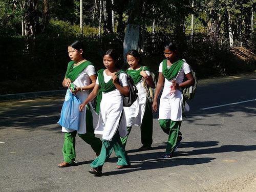 des collégiennes rentrant de l'école