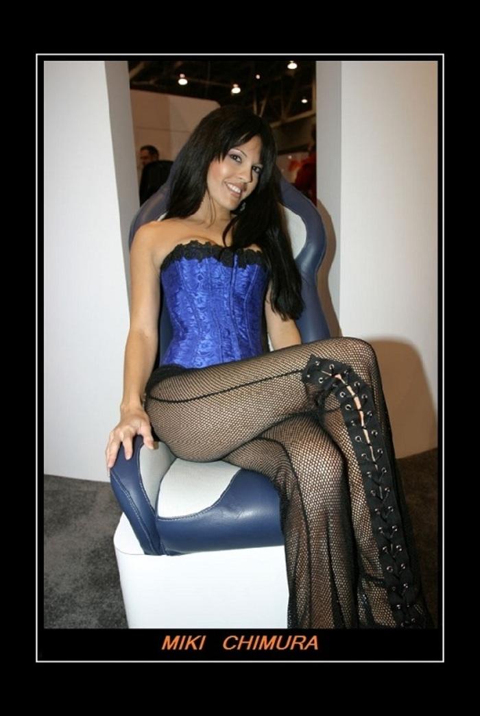 MIKI CHIMURA : Bas résilles et corset bleu…