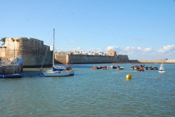 Les remparts et le bastion de l'ange vu du port