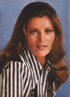1972, 1975 : Le chemisier blanc à rayures bleues.