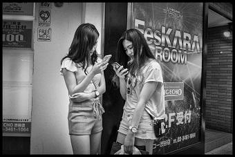 Jeunes femmes dans les rues de Tokyo ...