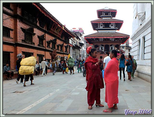 Blog de images-du-pays-des-ours : Images du Pays des Ours (et d'ailleurs ...), Papotage devant Trailokya Mohan Narayan Temple (Das-abatar Mandir), Durbar Square, Katmandou - Népal