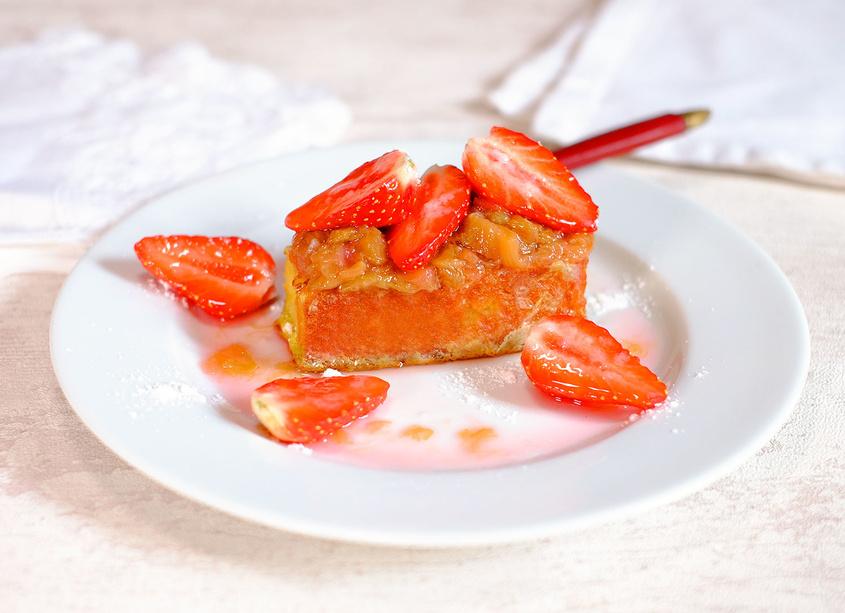 Gâteau perdu à la rhubarbe et aux fraises