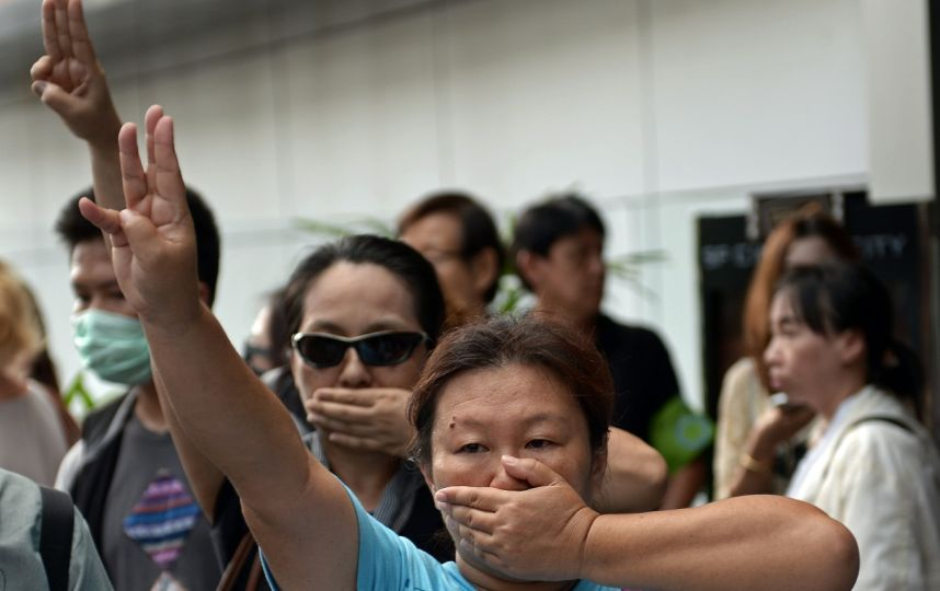 """Thaïlande : les opposants adoptent le salut de """"Hunger Games"""""""