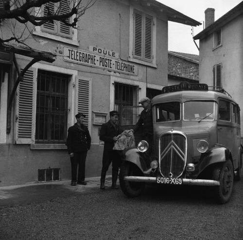Le bureau de Poste de Poule-les-Echarmeaux (Rhône) - 1950