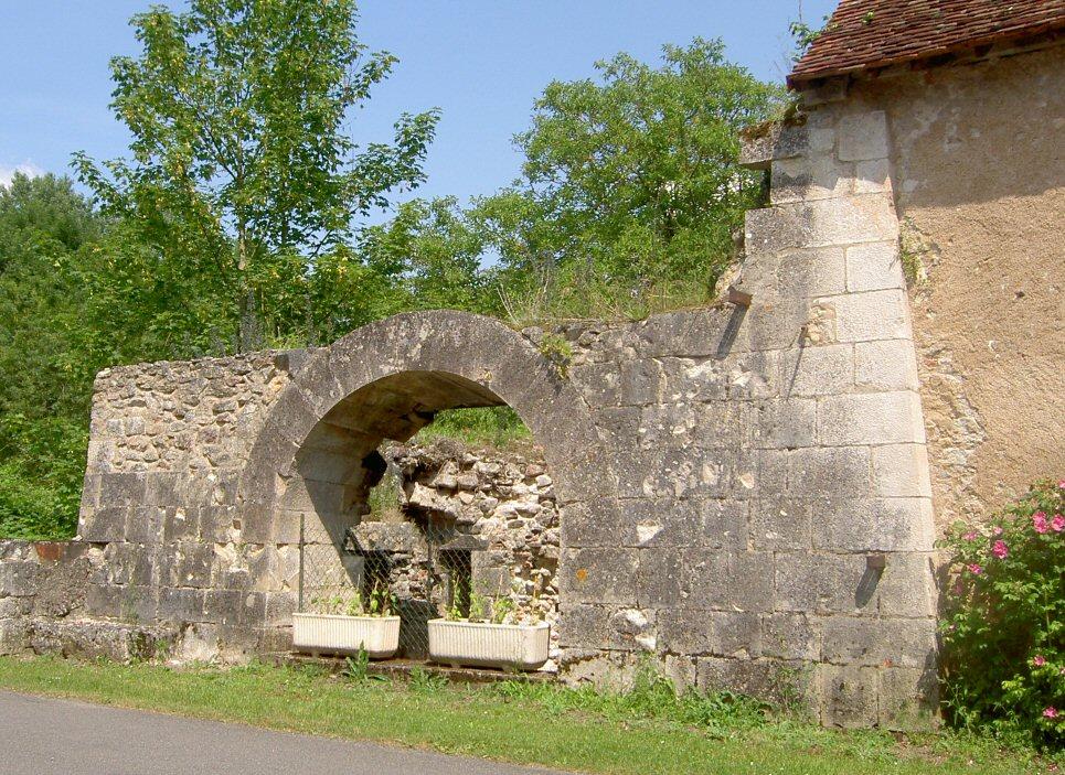 Base du Haut-fourneau (19e s.) de la Forge de la Gastevine, à La Forge, Bélâbre (36)