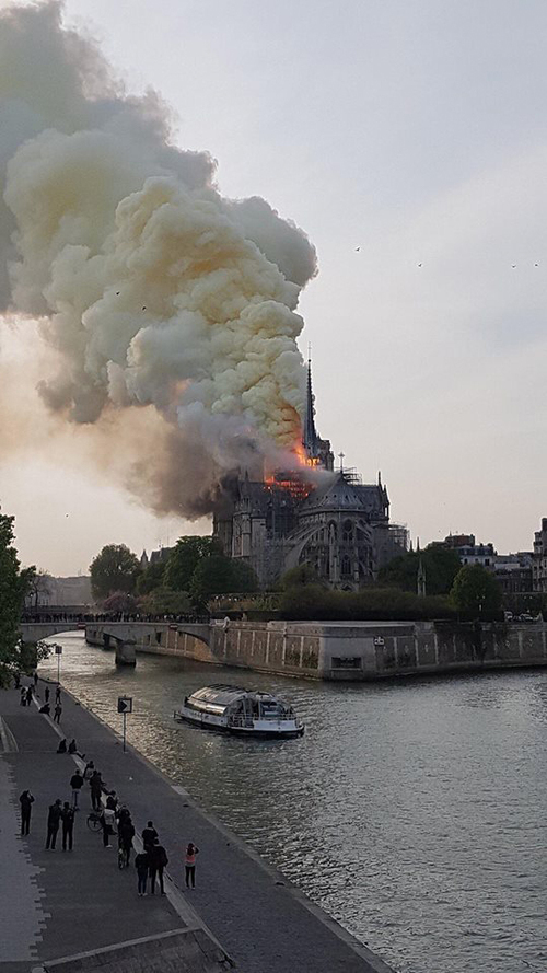 NOTRE DAME EMBRASEE