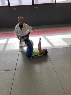 LES CP -CE1 font du judo.