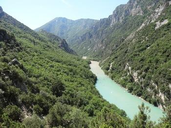 Avant le Pré de saint-Maurin, vue vers l'amont : on voit clairement la séparation des deux masses d'eau, de la rivière et du lac