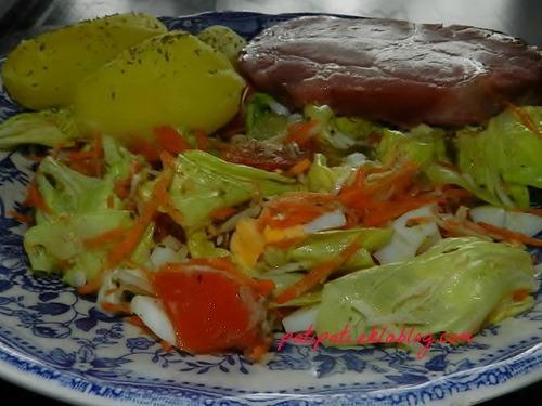 Salade mixte accompagné d'une côte de porc braisée et de pomme de terre nature
