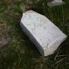 L'ancienne borne frontière numéro 28 (brisée), dans le ravin d'Urkila