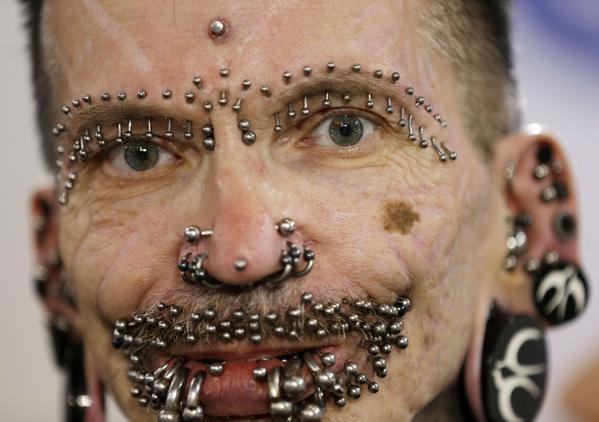l'homme au plus grand nombre de piercing c'est Rolf Buchholz
