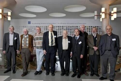 De gauche à droite, Rolf-Dieter Heuer (l'ancien directeur du Cern), Leon Lederman, Lyndon Evans, Jerome Friedman, Burton Richter, Gerardus 't Hooft, Sheldon Glashow, Martinus Veltman, David Gross. Ils étaients réunis en décembre 2009 pour les 50 du PS, le synchrotron à protons du Cern.