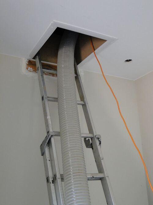 Passage par la trappe de plafond...