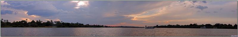Il ne reste plus grand chose comme lumière, le coucher de soleil s'annonce beau - Fleuve Zambèze - Zimbabwe