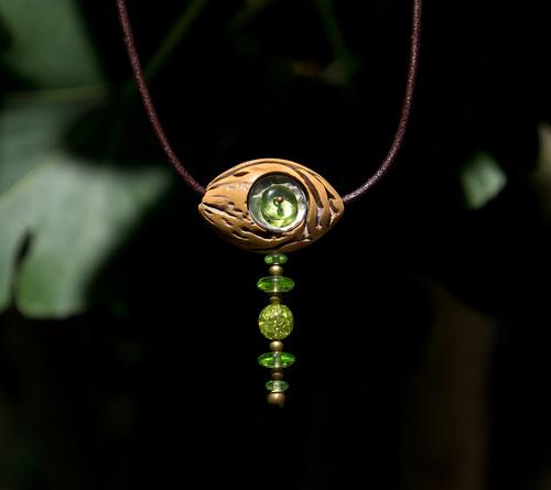 pendentif noyau et perles de verre