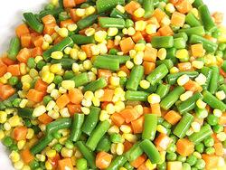 Légumes du jardin en macédoine avec son poulet