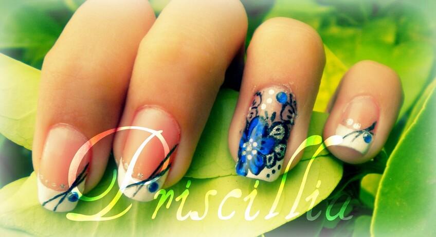 Nail art french manucure & fleur bleu