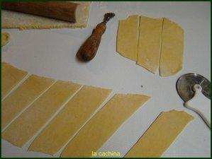 aidez vous en saupoudrant un peu de farine sur le plan de travail
