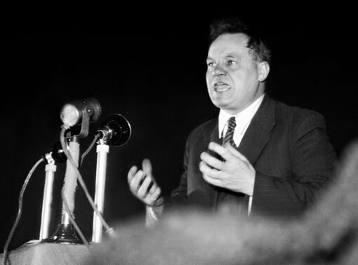 Maurice Thorez à la tribune du Vel' d'Hiv' en 1944
