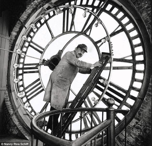 Un air de Chaplin pour ce monsieur en charge de vérifier l'horloge de Big Ben