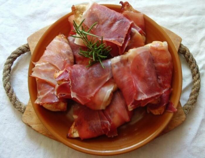 Escalopes de poulet en croustillant enroulé de jambon cru