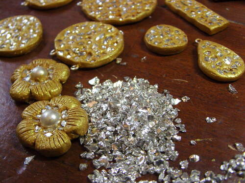 Boucles d'oreilles de couleur or avec incrustation de métal argenté