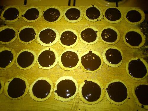 #Réveillon du Nouvel An# Mignardise n°2 : tartelette chocolat {Vegan}, lait d'amande au caramel salé et amandes caramélisées