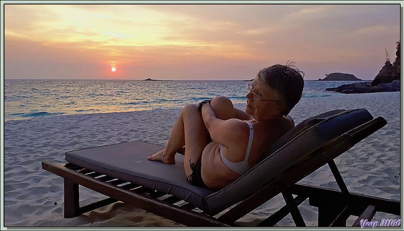 Repos sur la plage tout en admirant le coucher de soleil - Tsarabanjina - Mitsio - Madagascar