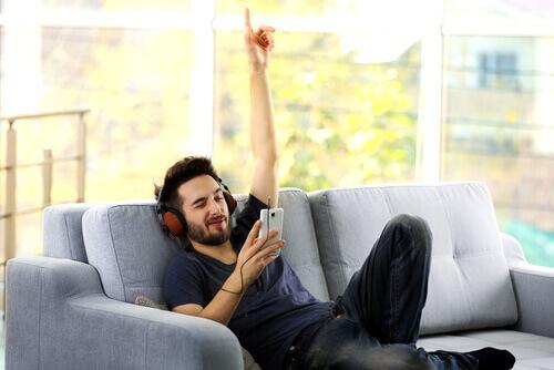 jeune homme qui écoute de la musique