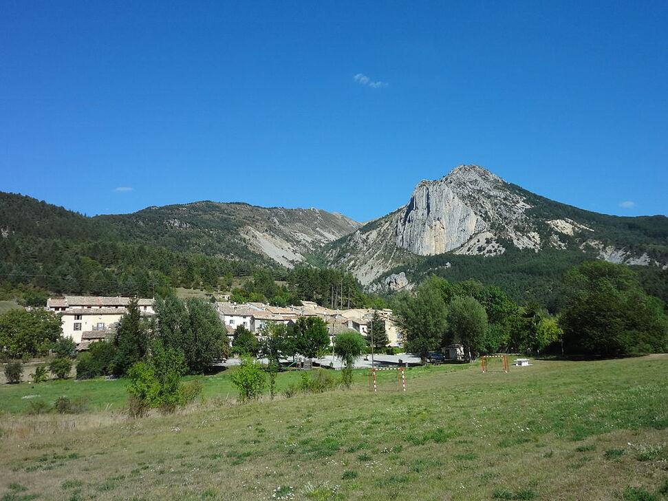 Le village de La Garde dominé par le Rocher Saint-Martin.