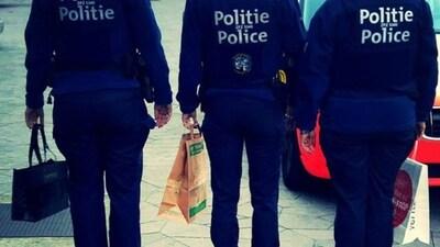 Après les militaires,  voici le policier avec un colis suspect et des compagnons inquiétants !