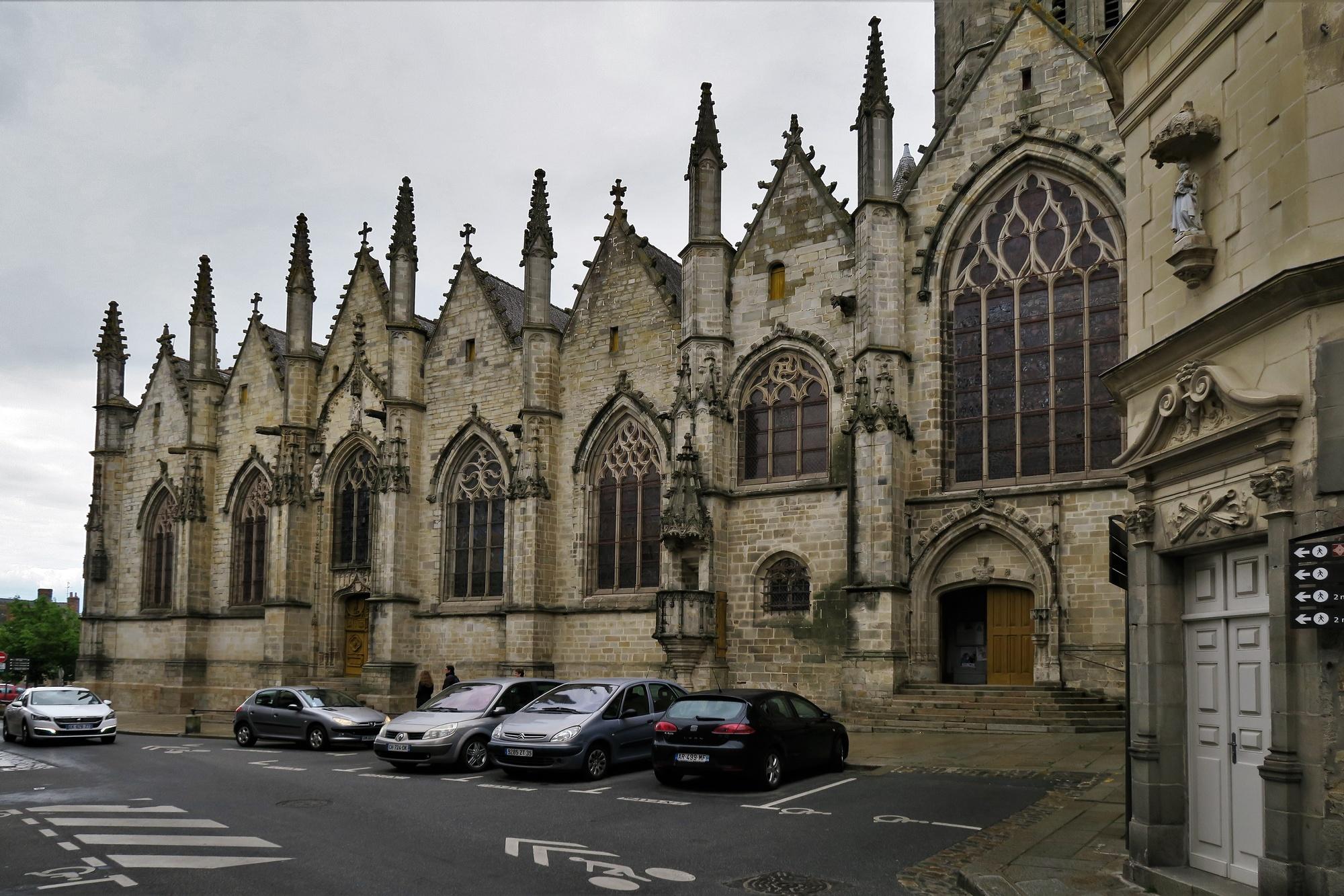 VITRÉ (2) L'Eglise : La façade septentrionale