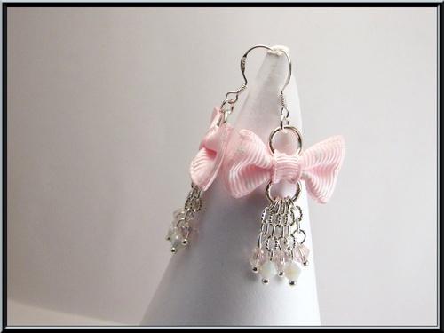 Boucles noeuds rose à pois et perle cristal de swarovski.