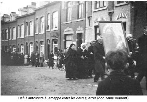 Défilé antoiniste à Jemeppe entre guerres issu des archives de Soeur Dumont (Seraing, Ougrée, Jemeppe au passé - n°6-1995-96)