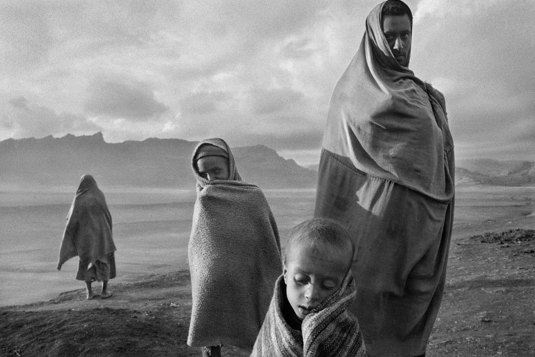 http://www.loeildelexile.org/wp-content/uploads/2014/12/Sebastiao-Salgado-%E2%80%93-s%C3%A9rie-Africa-%E2%80%93-Korem-camp-%E2%80%93-Ethiopia-1984-Sebasti%C3%A3o-Salgado-Amazonas-Image.jpg