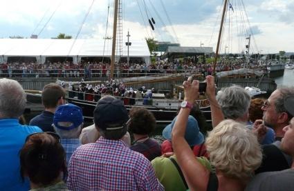 Les Filles du roi se préparent à débarquer sur les quais de Québec, au milieu d'une foule enthousiaste