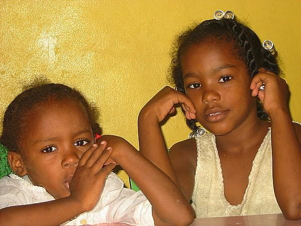 800px-Missione del Guaricano-due bambine