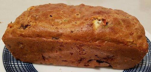 CAKE moelleux complet (ou non) au fromage de chèvre, pruneaux séchés, noix rôties & tomates cerise