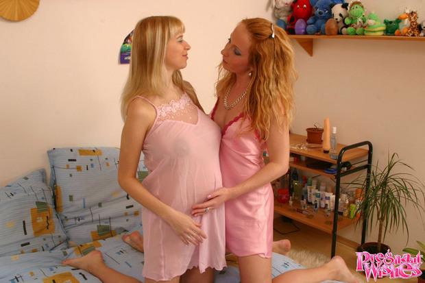 Lesbos Enceinte 4 - Une bonne copine pour cette femme enceinte !