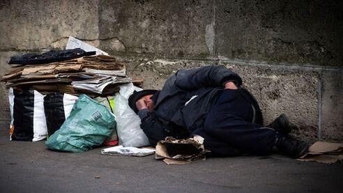 Photo d'illustration: un sans-abri dort dans une rue de Paris, le 10 mars 2016.