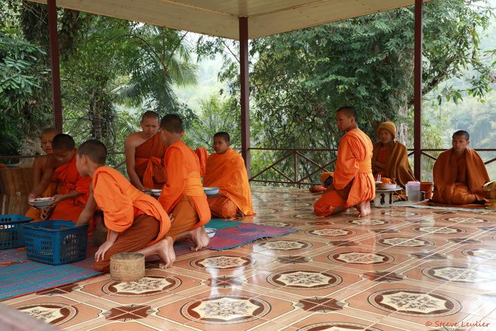 Les moines et novices de Ban Hat Sa