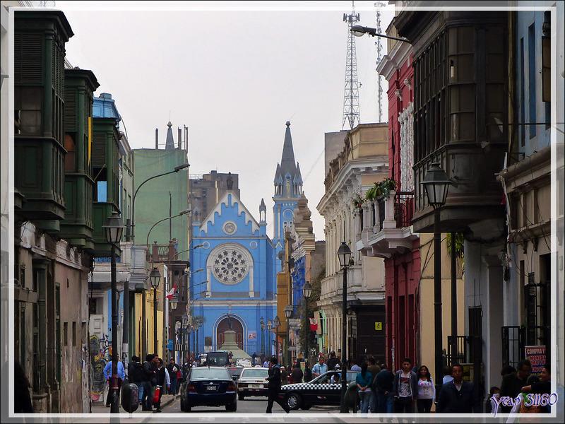 Balade le nez en l'air dans le Lima historique (Pérou) : Avenue Nicolas de Pierola avec un beau bâtiment de 1924 et l'Eglise bleue de la Recoleta sur la Plaza Francia
